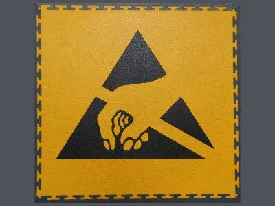 Piastrella gialla con logo ESD per Elmi Tile